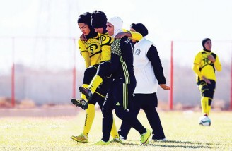 صحنهای که تأیید میکند در فوتبال زنان، برانکارد هنوز تعریف نشده است