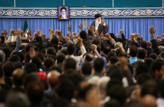رهبر انقلاب: باید دست ِ هنرمند کارگر ایرانی را بوسید