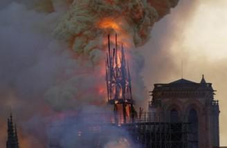 در حالیکه ناقوس کلیسا فروافتاده است، سقف آن همچنان طعمۀ زبانۀ آتش است و دود حاصل از سوختن داربست چوبی دهها متر به آسمان بلند میشود| Geoffroy VAN DER HASSELT| AFP