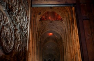 در پی آتش گرفتن داربست چوبی و فروریختن بخشی از سقف کلیسا، دود و ذرات آتش در داخل بنا منتشر شده است| PHILIPPE WOJAZER | POOL | AFP