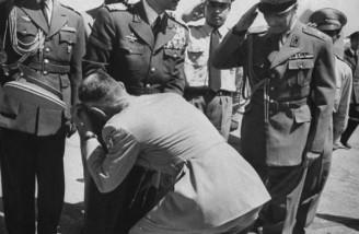 استقبال افسران ارتش از شاه پس از بازگشت به ایران| 1شهریور 1332