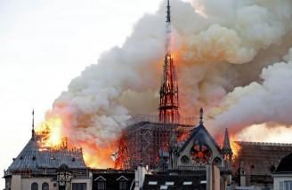 تمامی سقف و داربست عظیم کلیسا پیش از آنکه فلش (مناره آن نیز فرو افتد) طعمۀ آتش شده است|REUTERS|Benoit Tessier