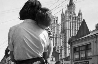 پسربچه خسته در آغوش مادر در خیابان های مسکو سال ۱۹۶۳