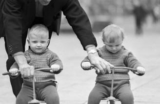 پدر به کودکانش دوچرخه سواری یاد می دهد، سال ۱۹۶۸
